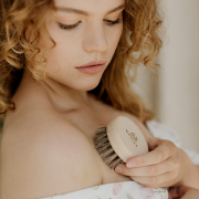Neck, cleavage & bust brush