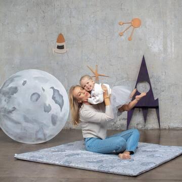 #MaffashionxMaylily już w sprzedaży na maylily.pl 🌒✨  Premiera kolekcji Maffashion x MAYLILY   Mata do zabawy z kolekcji by Maffashion  Na zdjęciu: mała Zosia z mamą Zdjęcia: Weronika Kuźma @wuka_studio  Stylizacja: Marta Sinilo @martasinilo Makijaż: @klaudia_jozwiak_makeup Włosy: @gaba_hair_story  #maylily_pl #maylily