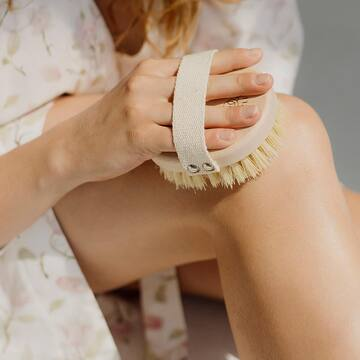 Cały dzień w biegu, cała masa zajęć. 🏃♀️ Nic dziwnego, że pod koniec dnia marzy nam się czasami jedynie zamknąć się w łazience i zrobić sobie domowe SPA🧖♀️🛁.  .  Próbowałaś kiedyś szczotkowania skóry?  🍃 Regularne szczotkowanie jest nie tylko wspaniałym relaksem, ale wpływa także na polepszenie jędrności i wyglądu skóry.  🍃Szczotkowanie przygotowuje skórę do dalszych zabiegów pielęgnacyjnych i wzmacnia ich skuteczność. 🍃Szczotkowanie jest wspaniałym prostym i ekologicznym sposobem na zmniejszenie cellulitu. . Przedstawiamy Ci naszą nowość🍃: TAMPICO - ekologiczną szczotkę do ciała. Link w BIO! . . Fot. @wuka_studio ❤️ . . . . . #maylily_pl #pielęgnacja #zabiegi #cialo #dbamosiebie #pielegnacjaskory #pielegnacja #naturalnapielęgnacja #pielegnacjaciala #pielęgnacjaciała #modnamama #instamatka #instamamy #instamateczka #mamabyc #mamusia #macierzynstwo #momofinstagram #mamusie #kobietapo30  #instakobieta #kobieceinspiracje #kobietapotrzydziestce  #polskiekobiety #dziewczyny #kobiety #dbajosiebie #lookafteryourself #instamatki