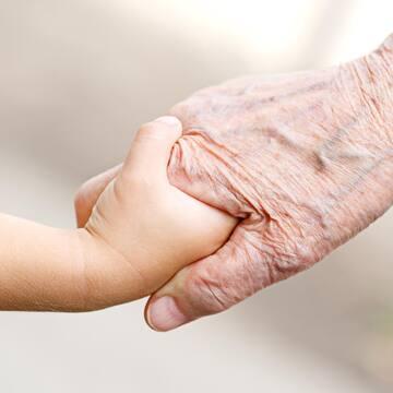 - Babciu, pamiętasz jak byłaś mała? - Pamiętam myszko, wtedy świat wyglądał zupełnie inaczej - A opowiesz mi babciu? W co lubiłaś się bawić? - Chodź do mnie, opowiem...   Najważniejsze są właśnie takie chwile ✨ Wszystkim Babciom i Dziadkom życzymy dzisiaj dużo rodzinnej miłości, opowiadajcie dużo, dzielcie się doświadczeniem i życiowa mądrością - szczególnie dlatego, że nasz świat tak szybko się zmienia, a Wy potraficie sprowadzić nas na ziemię i spowolnić ten pędzący czas 💛   #maylily #familymoments #toconajważniejsze #miłość #babcia #dziadek #dzieńbabci #dzieńdziadka