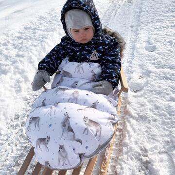 Sanki zniknęły chyba ze wszystkich sklepów 😁 I słusznie, bo sanki to magia zimy! A nasze śpiworki z powodzeniem możecie na nie założyć 👌🏼 Cieplutko, suchutko, aż oczka się kleją 🐻❄️ A tylko do północy na wszystkie zimowe śpiworki, mufki i rękawice -20% 🔥   #maylily #sno #spiworekdowozka #spiworekzimowy #zima #spacerek #sanki #wilkiway #promocja