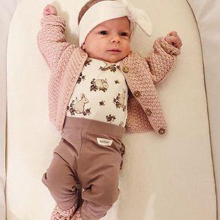 Bosko jest! A z wygodnym sweterkiem i bucikami to już w ogóle bajka 🥰 foto: @beerinczi www.maylily.pl #sweterekbawelniany #buciki #cotton #maylily #instababy #wyprawka #madeinpoland