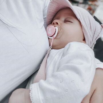 Nie ma nic piękniejszego niż spokojny sen w ramionach mamy 🤍  www.maylily.pl #chusteczkamuślinowa #chusteczkazdaszkiem #chustkazdaszkiem #maylily #lato #maluszek #instababygirl #sleepingbaby