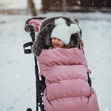 Spacer w ciepłym śpiworku, gdy pod kołami wózka skrzypi śnieg, to 100% magii zimy. Nasze śpiworki świetnie służą przez długi czas, a po okresie użytkowania na 100% sprawdzą się także przy kolejnym maluchu. Zgodnie z naszą filozofią dobrych produktów 👌🏼   #śpiworekdowózka #spiworekzimowy #maylily #zima #spacer #winterwalk #wózek #familymoments