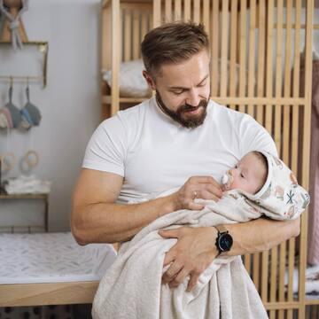 TATUŚ 🤗 Czy jest coś słodszego niż widok maleństwa w silnych ramionach taty?  . Cieszymy się bardzo, że teraz tatusiowie angażują się w opiekę nad dzieckiem od pierwszych jego chwil - w tej sposób buduje się więź na całe życie ❤️ . . . . . #familymoments #jakiojciectakiedziecko #tataidzieci #stylowedzieci #maluszek #kidslife #maylily #wyprawka #wyprawkadlamalucha #czapeczka #skarb #dlamaluszka #nalato #stylowedziecko #modnedziecko #maluchy #mamabyc #maciezynstwo #macieżyństwo #dladziecka #instamateczka #wszystkodladzieci #instadziecko #dladzieci #blogparentingowy #parentingblogger #mamusia #rodzicielstwo #instamatka #mychildren