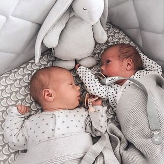 Razem najlepiej ❤️ foto: @noswpudrze www.maylily.pl #kocykdziany #bamboolove #kocykbambusowy #maylily #madeinpoland #love #twins