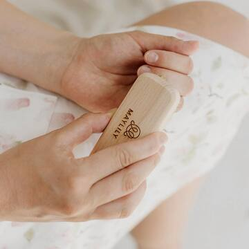 Dłonie są naszą wizytówką, dlatego tak chętnie dbamy o paznokcie - manicure klasyczny, hybrydowy, tytanowy, żelowy, japoński… 😅 Dużo tego - do wyboru i koloru 💅🏻 . Nie zapominajmy jednak, że zdobienie powinno być zawsze na drugim planie, bo najważniejsza jest pielęgnacja. 🌸 . Szczotkowanie dłoni (i stóp) pozwala na zachowanie skóry w lepszej kondycji, a przy tym jest tak relaksujące! Na dłoniach i stopach znajdują się receptory, których stymulacja pozytywnie wpływa na cały organizm 🙌🏼 . Do szczotkowania polecamy naszą szczoteczkę do dłoni i stóp - w 100% ekologiczną 🌿 . #maylily_pl #pielęgnacja #zabiegi #cialo #dbamosiebie #pielegnacjaskory #pielegnacja #naturalnapielęgnacja #pielegnacjadłoni #pielęgnacjadloni #modnamama #instamatka #instamamy #instamateczka #mamabyc #mamusia #macierzynstwo #momofinstagram #mamusie #kobietapo30  #instakobieta #kobieceinspiracje #kobietapotrzydziestce  #polskiekobiety #dziewczyny #kobiety #dbajosiebie #lookafteryourself #instamatki