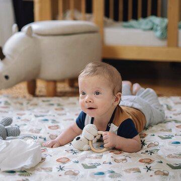 Mata do zabawy MAYLILY. To tutaj mają miejsce pierwsze zabawy i ćwiczenia na podłodze z maluszkiem. A gdy dziecko podrośnie mata będzie służyć jako koc piknikowy dla całej rodziny. . Nasza mata wraz z pościelami z tej samej kolekcji to także piękny element aranżacji pokoju maluszka.  . Uszyta z tkaniny bambusowo-bawełnianej oraz nieprzemakalnego, wytrzymałego spodu. Dostępna we wzorach FOTOSAFARI, ALE KOALE, KAMYCZKI, ROZKWITAJKI, JASKÓŁKI i wielu innych.   Teraz -25% na WSZYSTKO z okazji pożegnania lata z kodem: PAPALATO Tylko do wtorku ⏰ dla zakupów powyżej 100 zł. www.maylily.pl #maylily_pl . . . . . #babyroom #maluszek #wszystkodladzieci #instamateczki #instamateczka #jestembojesteś #wyprawkadlamalucha #jestemwciąży #brzuchatka #babyessentials #rodzew2021 #wyprawka #wyprawka2021 #bedemama #mamawdwupaku #ciąża2021 #ciaza2021 #newbielovers #mamabyc #newbornessentials #newborn #momsofinstagram #mumsofinstagram #babyswaddle #babywrap #mumlife #babyshower #babyshowergift #babyshowergifts
