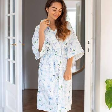 Nasza kobieca kolekcja coraz bardziej się powiększa ❤️ Jeśli lubicie nawet w domowym zaciszu wyglądać stylowo i jednocześnie czuć się swobodnie, mamy coś idealnego! Piękne szlafroki kimono, wykonane z autorskiej tkaniny bambusowo-bawełnianej, doskonale sprawdzą się także dla kobiet w ciąży i mam karmiących ✨ Serdecznie polecamy na prezent - dla siebie, mamy przyjaciółki lub ukochanej 💝  #maylily #kimono #szlafrok #comfy #szlafroczek #dressinggown #bathrobe #bamboo  foto: @wuka_studio