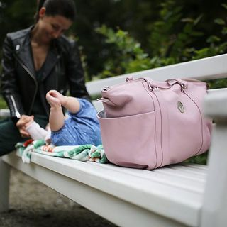 IDA Mom to nasza torba skórzana do wózka, ale też po prostu pakowna, piękna torebka dla kobiet. Nieprzemakalna podszewka, w zestawie przewijak i termoaktywny pokrowiec na butelkę, uchwyty do wózka oraz długi łańcuszkowy pasek 👌🏼 Pomieści WSZYSTKO, jest megawygodna - torba na lata 🌸 www.maylily.pl #leatherbag #torbadowozka #torebka #idamom #maylily #madeinpoland #bestquality