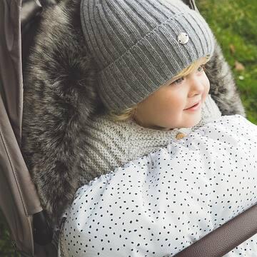 Śpiworek zimowy to niezbędnik na spacery w chłodne dni. Dzięki niemu spacer staje się i dla maluszka i dla rodzica prawdziwą przyjemnością. Nieważne, czy wieje, czy pada śnieg, w śpiworku jest cieplutko i komfortowo. . Teraz mamy dla Was super niespodziankę! -20% na zimowe śpiworki, mufki i rękawice do wózka! Dostajemy od Was wiadomości, jak bardzo jesteście zadowoleni z naszych akcesoriów zimowych, to bardzo nas cieszy - projektując je myśleliśmy o komforcie użytkowania i wysokiej jakości.  . Promocja trwa do najbliższej niedzieli, 24.10.2021 - link znajdziecie w BIO!  ps. 🛍️ W MAYLILY bezpłatna dostawa zawsze od 199 zł.   @maylily.pl  * * * * * #maylily #maylily_pl #polishbaby #rodze2021 #niemowlak #niemowle #wyprawka #babydream #lovebabywearing #mojskarb #majowamama #wyprawkadlamalucha #wyprawka2022 #wyprawkadladziewczynki #wyprawkadlanoworodka #wyprawkadlamaluszka #rodzew2022 #babyshowergift #bedemama #bedemama2022 #spiworekdowozka #śpiworekdowózka #spacerzdzieckiem #maluszek #jestembojestes #instamamy #babyessentials #instadziecko #ciąża2021 #ciaza2021