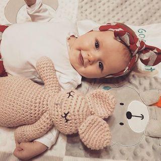 Króliś przyjaciel zawsze u boku 🐰❤️ www.maylily.pl foto: @embodnar #maylily #króliś #bunnyfriend #przytulanka #handknitted #love #madeinpoland