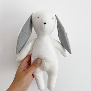 Hej! Jestem tu nowy (i całkiem bambusowy). Szukam imienia, może podpowiesz? 🤍🐰 Dla autora mojej nazwy mam bon na 200 zł do sklepu www.maylily.pl, no i jeszcze mam dla niego wielkiego przytulaska! 🤍🤍🤍  Na imię dla tego słodziaka czekamy do soboty 26.09.20 - a w niedzielę ogłosimy zwycięską nazwę.  PS Jak Wam się podoba nasz nowy przyjaciel?  #maylily #króliczek #bambus #przytulanka #firsttoy #softtoy #madeinpoland #love #goldenchild